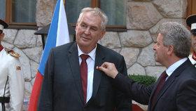Zeman dostal metál od prezidenta Makedonie. Pak řešili uprchlíky