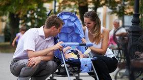 Větší porce peněz a dřív do práce: Zrychlená rodičovská uspěla, jde do Sněmovny