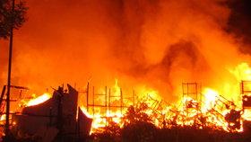 Požár zachvátil konírnu na Jesenicku: Splašená zvířata se rozutekla