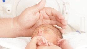 Během těhotenství Natálka přestala růst. Po předčasném porodu je teď v pohodě