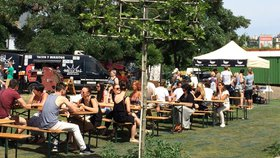 """Street Food Jam v Holešovicích: """"Gastro-orgie"""" pravidelně lákají Pražany"""