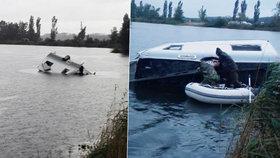 Bouřka odfoukla karavan do jezera: Uvnitř byly malé děti, skočil pro ně otec