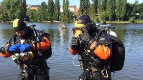 Obojživelní hasiči: Do Vltavy se potápějí pro tonoucí i utopence