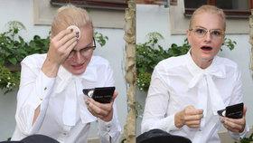 Pazderková na zahradní party: Tajně si pudrovala orosené čelo