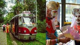 """Prahou jezdila duhová tramvaj bojující proti HIV. """"Lítačku netřeba,"""" lákali do ní bojácné cestující"""