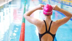 Naučte se plavat správně, jinak zádům spíše uškodíte