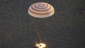 Posádka z ISS přistála v Kazachstánu. Modul při cestě z vesmíru hořel