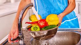 Jak umýt ovoce a zeleninu a zbavit je chemie? Namočte je do octa!