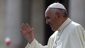 Potrat mohou nově odpouštět i řadoví kněží. Papež mění další zvyk