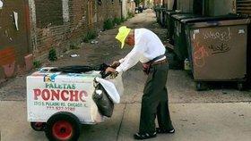 Zmrzlinář (89) musí denně do práce: Dobrodinec mu fotkou vydělal 7,6 milionu