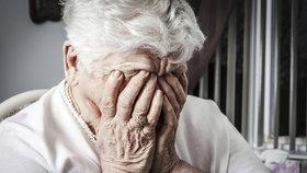 Vaše dcera mi dluží: Bezcharakterní gauner obral stařečka (85) i jeho nemocnou manželku