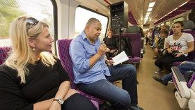 Cesta vlakem do Prahy jinak. Viewegh a další spisovatelé vám předčítají z knih za jízdy