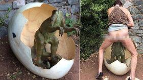 Tyrannosaurus SEX: Zvrhlá návštěvnice historické stezky zneuctila sochu dinosaura!