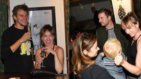 Vilhelmová s Dykem na večírku: Nalévali se šampíčkem, Táňa se rozplývala nad miminem svého exšvagra