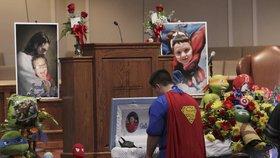 Pohřeb zavražděného chlapce (†6) ovládli superhrdinové. Ani Batman neudržel slzy