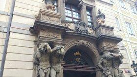 Velké změny v Clam-Gallasově paláci: Část je v havarijním stavu, opraví se fasády i portály