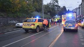 Motorkář srazil holčičku (4) na přechodu v Praze! Jel na červenou