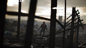 """""""Džungle"""" v Calais lehla popelem. Stovka dětí přesto nocovala v ruinách tábora"""
