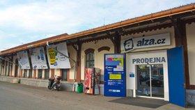 Alza v Holešovicích bude vydávat zboží i 28. října, Albert před kontrolory couvl