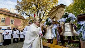Kardinál Duka požehnal novým zvonům v kostele na Karlově. Ty předchozí zabavili nacisté