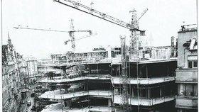 Perličky ze stavby OD Kotva: Dělníci hráli na staveništi squash a brali si Češky za ženy
