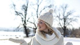 Zahřejte se ve stylových pleteninách: Nejkrásnější svetry, čepice, šály i rukavice!
