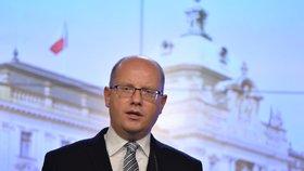 Sobotka hrozí bankovní daní. Lidé si v bankách připlatí, varují Babiš i opozice