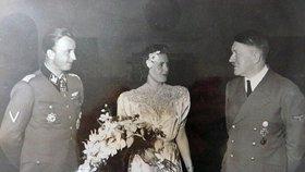 Svatba Hitlera a Evy Braunové. Dlouho ukrývané fotky se vydražily v aukci