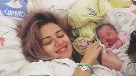Maminka Emma Smetana poslala fotku z porodnice: Rodina na prvním místě, vzkázala