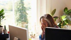 Moc práce po čtyřicítce škodí, zjistili vědci. Zhorší se paměť a produktivita