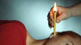 Lidé věří na pálení svící v uších. Z reakce odborníků vás zabolí