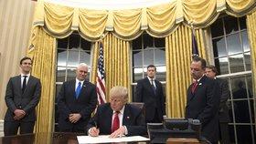 Trump na nic nečeká a mění po Obamovi Oválnou pracovnu. Co nechal vyhodit?
