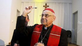 Kardinála Vlka trápí bolesti, denně dostává léky na tišení. Nesmí ani do kostela
