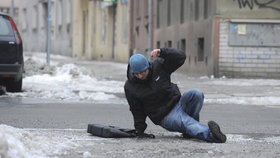 Hrozí extrémní nebezpečí, varují meteorologové před ledovkou. Nedoporučují vycházet z domu