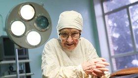 Nejstarší lékařka na operačním sále: V 90 letech na důchod ani nemyslí