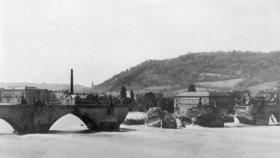 """Před 130 lety povodeň """"spláchla"""" Karlův most. """"Oči všech Pražanů zalily se slzami,"""" psaly noviny"""