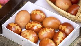 Barvení vajíček v cibulových slupkách: Potřebujete jen silonky, lístky a cibuli