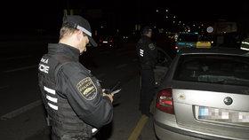 Taxikář, co si řekl o 12 tisíc, okrádal opakovaně. Proč může jezdit dál?