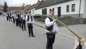 Velikonoční pondělí v Němčičkách stálo za to: Mladíci upletli 17 metrů dlouhého proutěného hada!