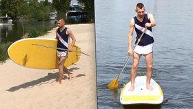 Lidé surfují po Vltavě ve stoje a s pádlem. Jak se na prkně udržet?