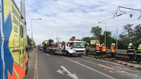 Hromadná nehoda na Černokostelecké: Svědkové resuscitovali řidiče (40)