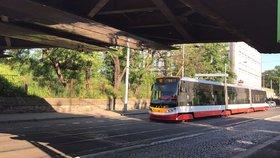 Provoz tramvají mezi Andělem a Smíchovským nádražím zastavil kamion: Uvízl v podjezdu