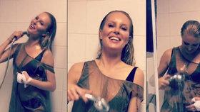 Sexy Simona Krainová pod sprchou: V podprsence a průsvitném triku!
