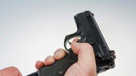 Mladý opilec (19) z Tachova dělal machra: Vytáhl na policistu v civilu plynovku
