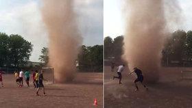 """Malé tornádo """"napadlo"""" trénující fotbalisty: Mladíci se do něj vrhli"""