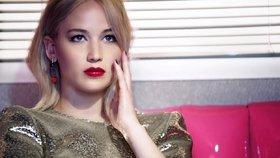 Drama ve výšce 10 km: Letadlu s Jennifer Lawrence na palubě selhaly oba motory