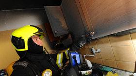 Na Střížkově v noci hořel byt. Jeho uživatel si popálil ruce