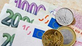 Eura na dovolenou pořídíte za rekordně nízkou cenu. A dolar se dostal pod 22 korun