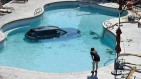 Žena (73) si spletla brzdu s plynem: Auto zaparkovala  na dně bazénu!