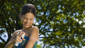 Vyrobte si levný domácí repelent. Ochrání vás před klíšťaty i komáry